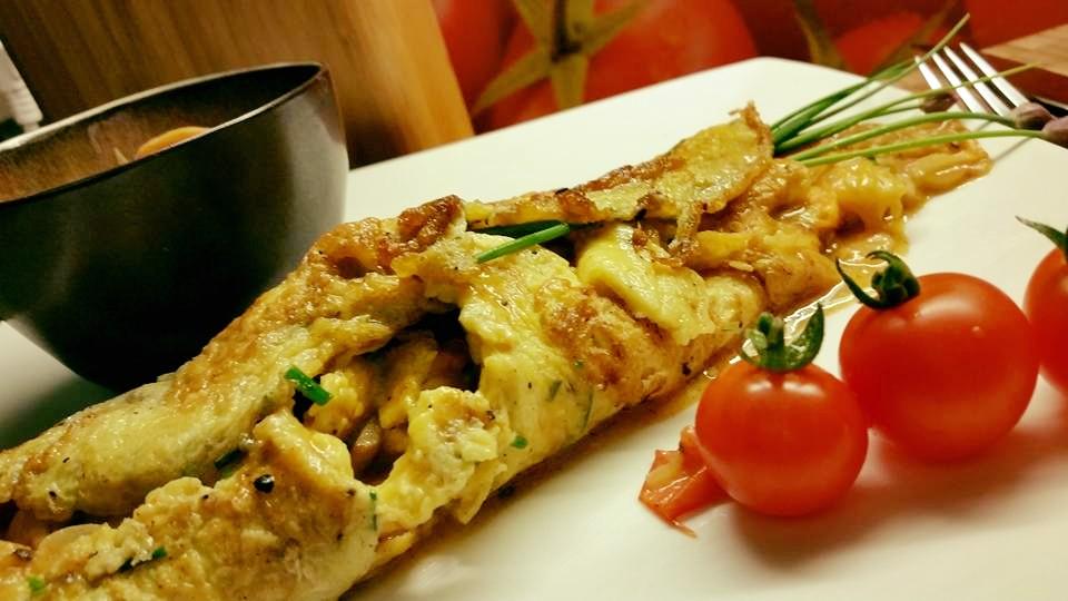 de groentjes opvullen op de omelet en als een pannekoek oprollen