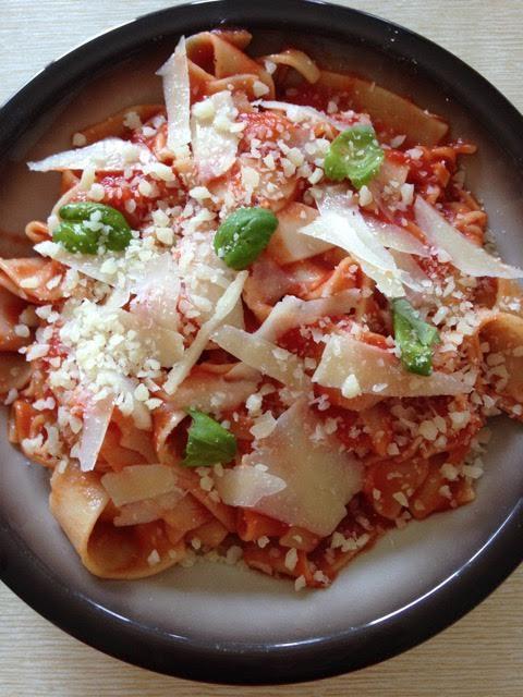Pappardelle met tomatensaus en pecorino kaas