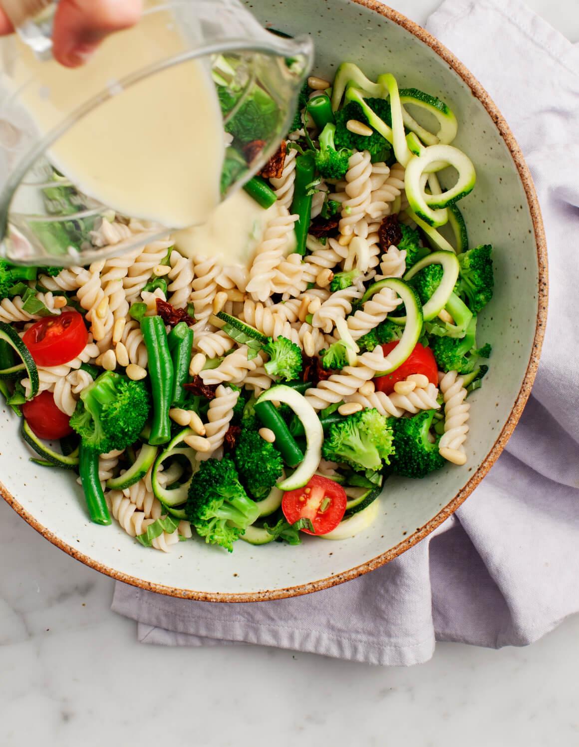 Broccoli pastasalade met tahini dressing