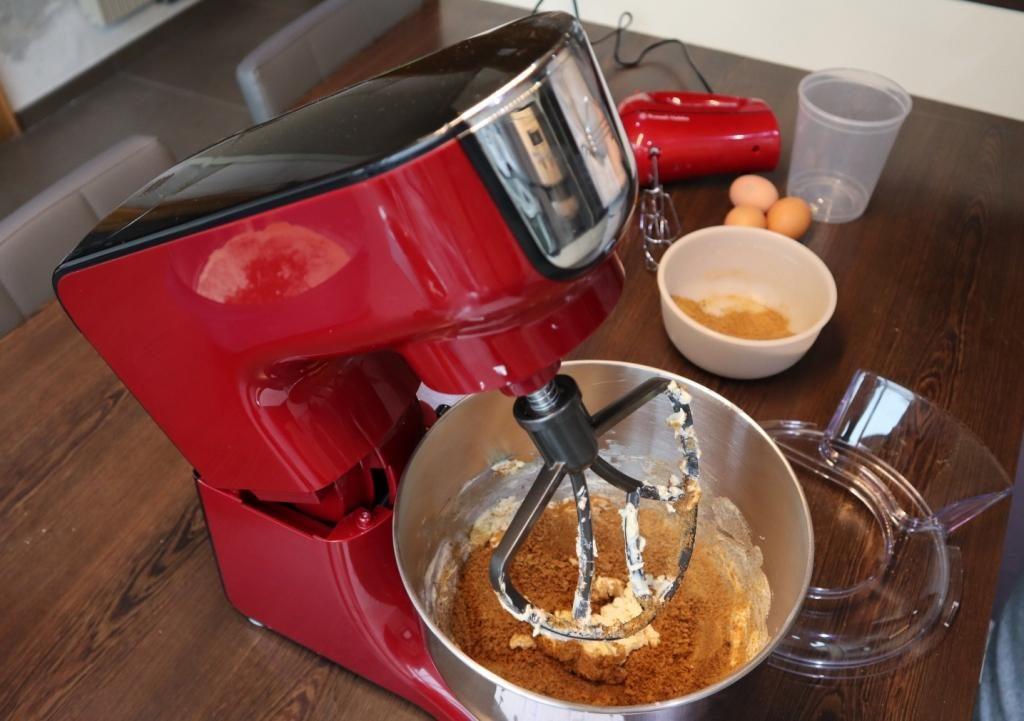 """Klop de boter in de kom van de <a href=""""http://www.lidl-shop.be/nl-BE/RUSSELHOBBS-Keukenrobot/p100268312"""">keukenrobot</a> lekker romig ( stand 4-5). Doe de suiker beetje bij beetje erbij. Voeg daarna de agavesiroop erbij. Klop het geheel een 5tal minuten."""