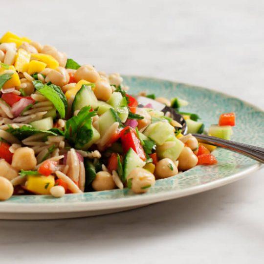 Orzo salade met mango en rode peper