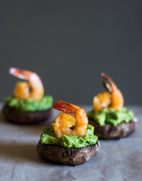 Paddestoel gevuld met avocadomousse en scampi
