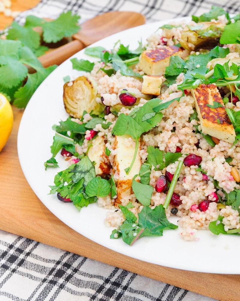 Salade van haloumi , spruiten en granaatappel