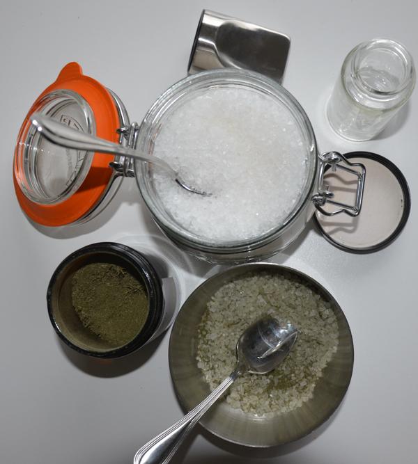 Selderijzout maken met gedroogd blad van selderij