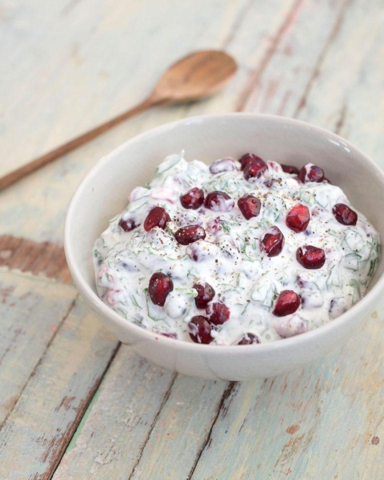 Yoghurtsaus met granaatappel en peterselie