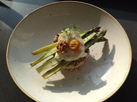 Romige walnoot risotto met asperges en ei