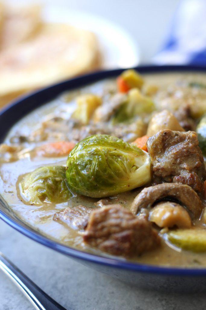 stoofschotel van rundsvlees en spruiten