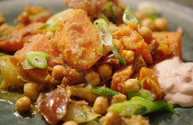 Tajine van zoete aardappel en wortel met yoghurt 'massala'