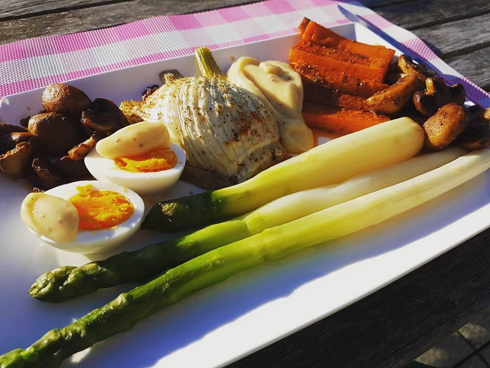 zoete aardappelstaafjes met asperges en groenteweelde