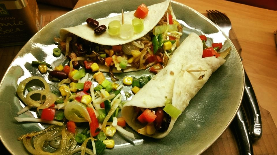 Wrap met mexicaanse wokgroentjes en vaudovankruiden