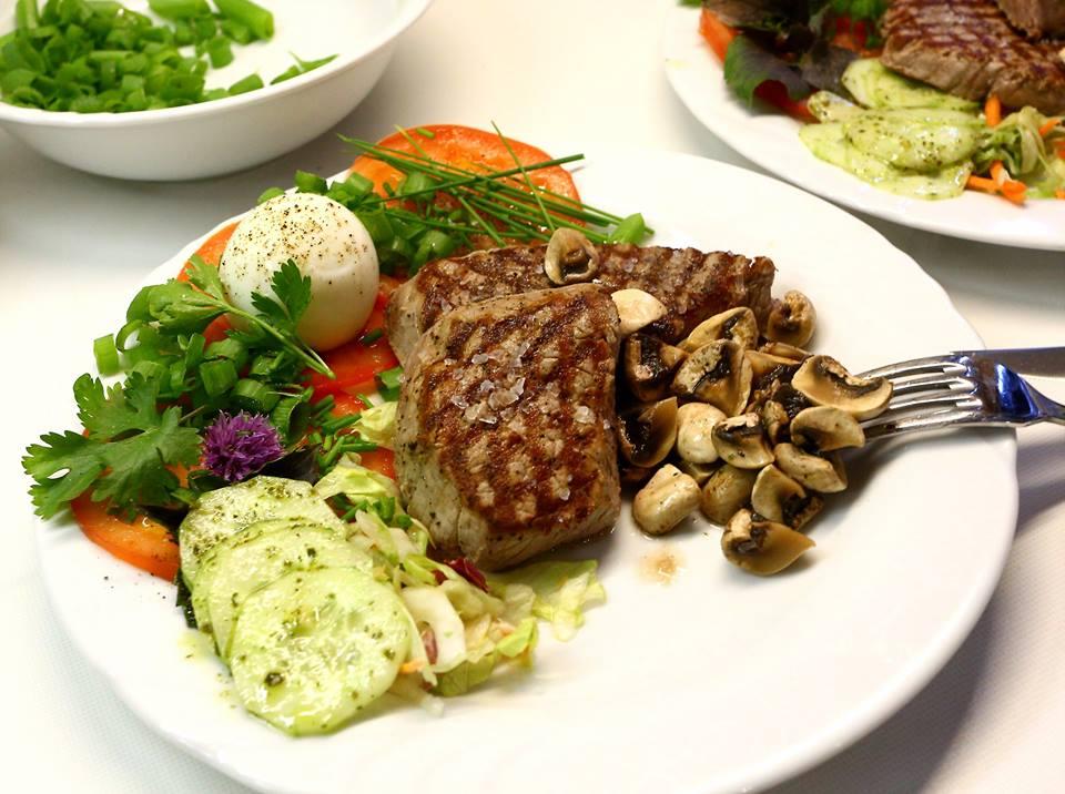 Steak met tuinkruidenslaatje