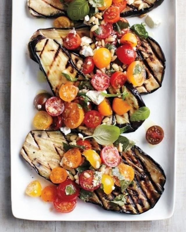 Gegrilde aubergines met kerstomaten, basilicum en feta