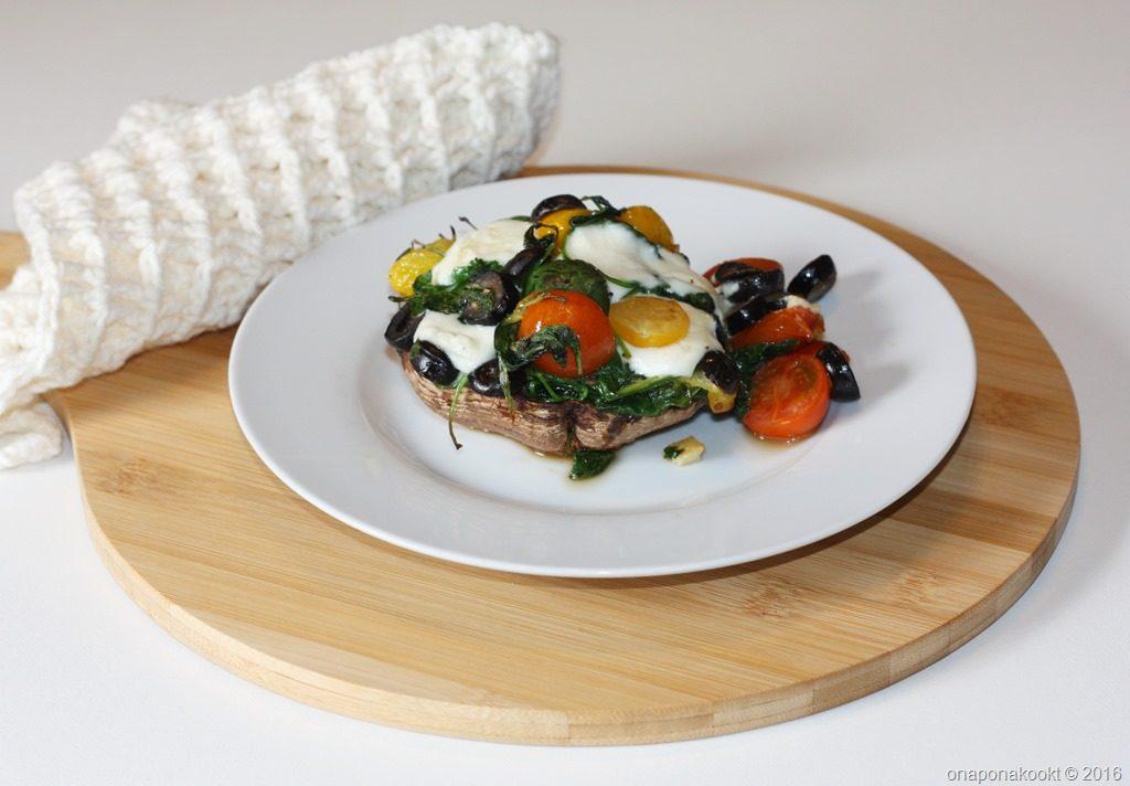 Portobello's gevuld met boerenkool, tomaten en olijven
