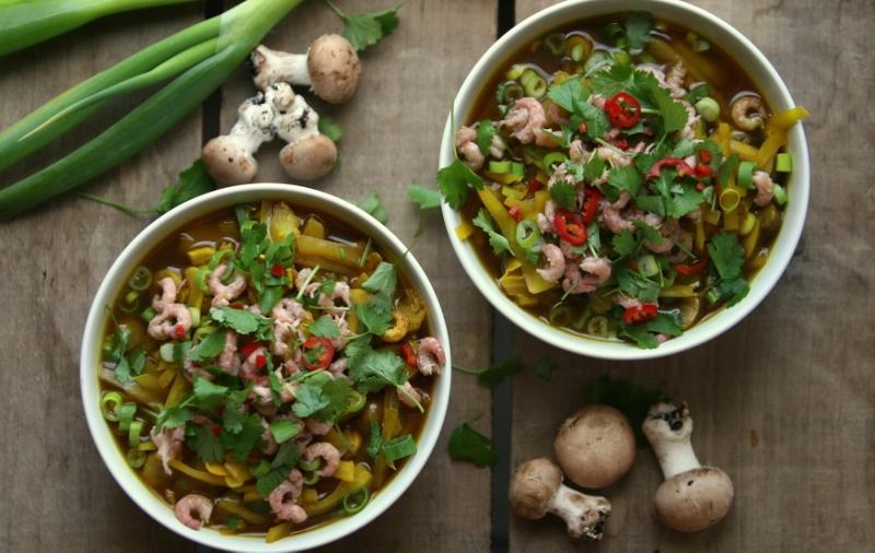 Aziatische soep met witte kool en garnaaltjes
