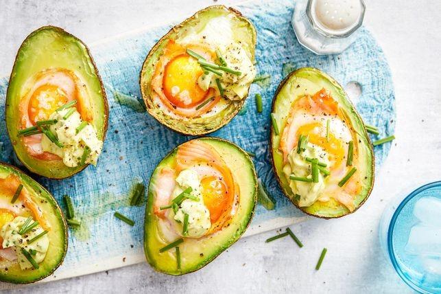 Avocado met gerookte zalm en een gebakken ei