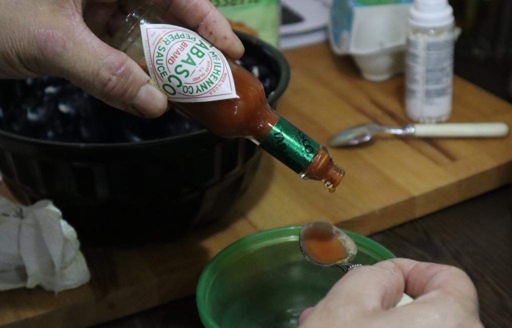 Warm de melk op tot tegen het kookpunt aan. Zet het vuur uit en roer de chocoladestukken erdoor. Voeg de gember en tabasco toe en laat de chocolademelk af koelen
