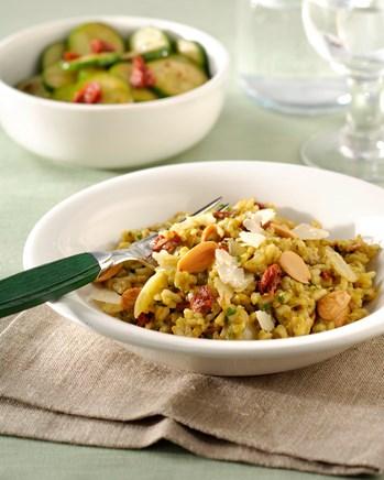Risotto met groene groenten, zongedroogde tomaten en amandelen