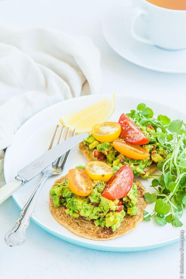 Pannenkoeken van kikkererwten met avocado , tomaat en waterkers