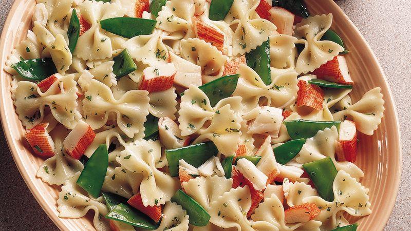Pasta salade met krabsticks en sugarsnaps