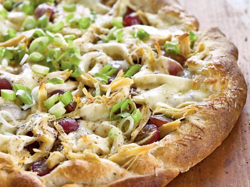 Pesto pizza met kip en rode druiven
