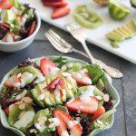 Salade van avocado, aardbei en kiwi met een honing/citroen dressing