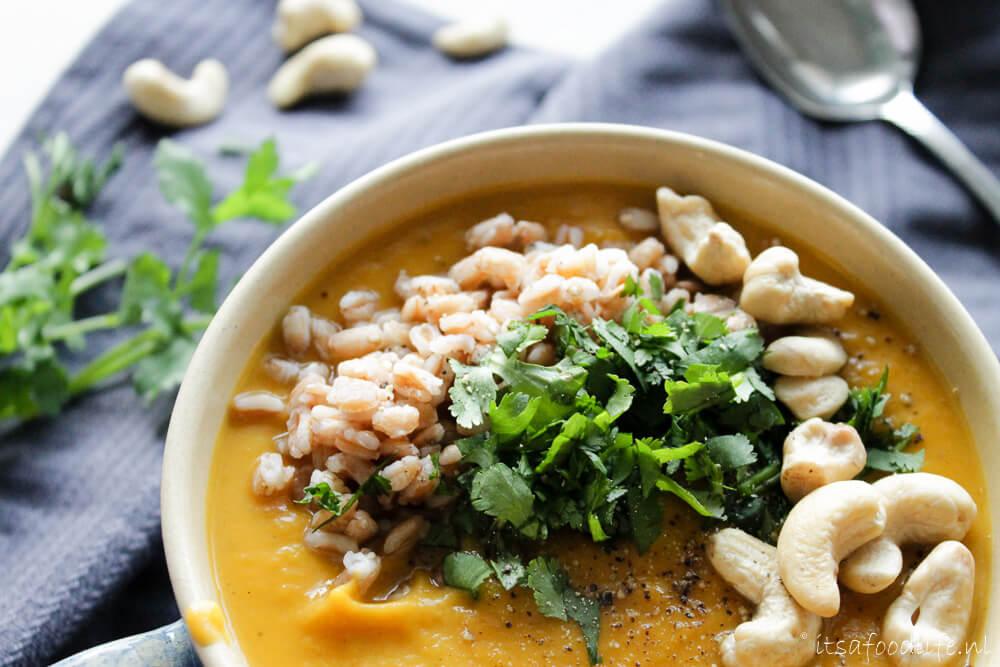 Zoete aardappel curry maaltijdsoep met toppings