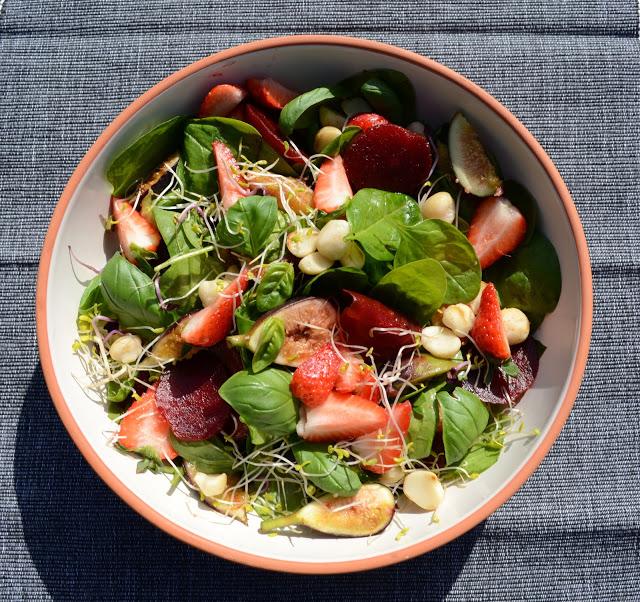 Zomerse salade van aardbeien , rode biet en vijgen