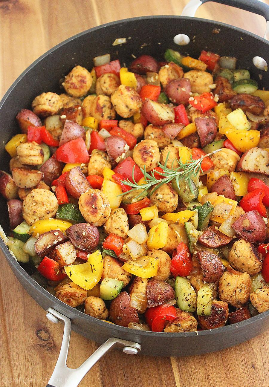 aardappelschotel met zomerse groenten en worst