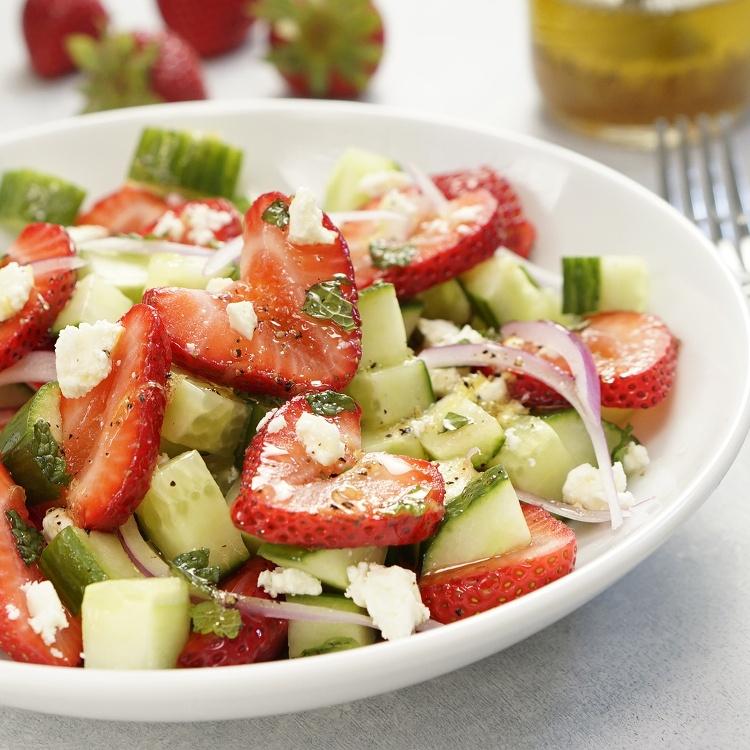Aardbei - komkommer salade met honing/limoendressing