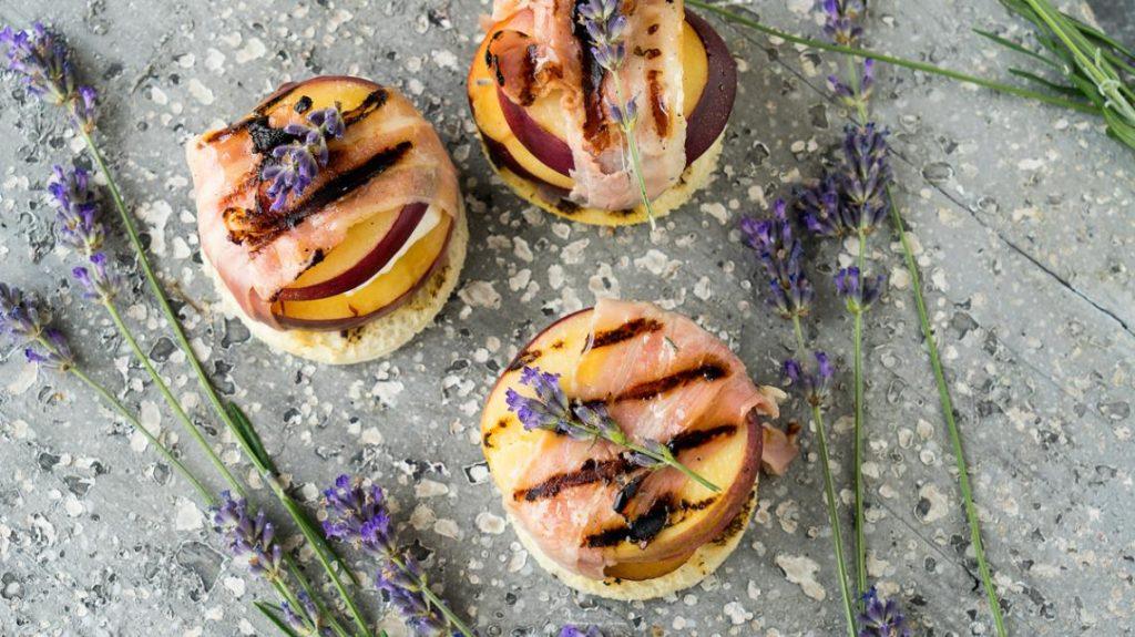Gegrilde Franse perziken met spek, geitenkaas en lavendel