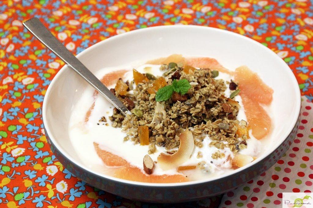 Zelfgemaakte granola met gekonfijte pompelmoes en Griekse yoghurt