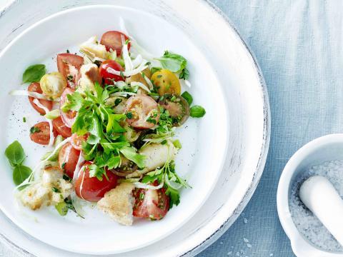Kruidenpanzanella met witte spitskool, tomaten en lente-ui