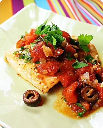 Rode snapper met tomaten , olijven en ui