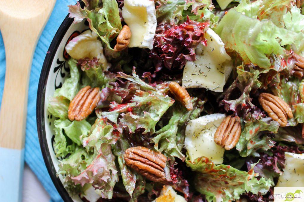 Salade met framboosdressing en gebakken brie