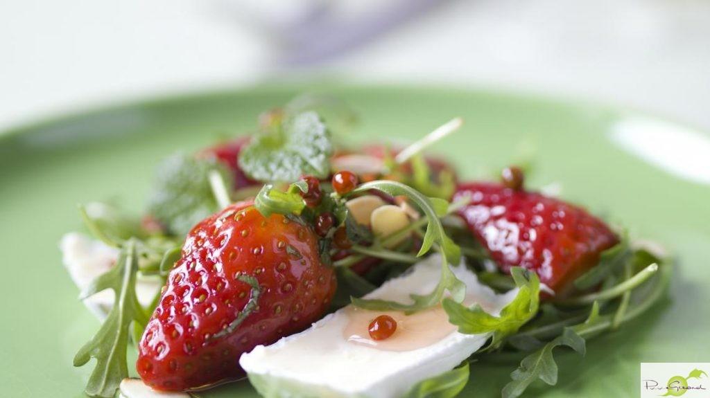 Salade met gemarineerde aardbeien en brie