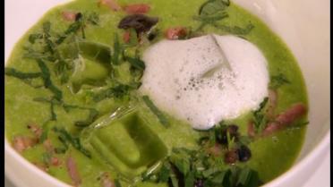 Frisse erwtensoep met munt, escargots, spekjes en rozemarijn
