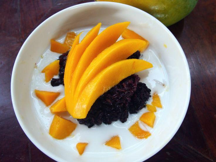 Zwarte rijst met mango in een sausje van kokos